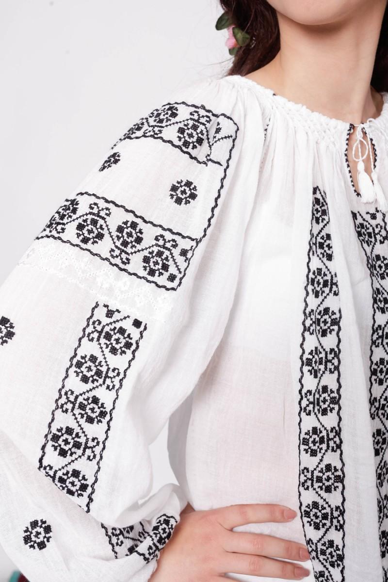 Ie romaneasca Floricica motive florale bluza traditionala brodata manual zona Oltenia