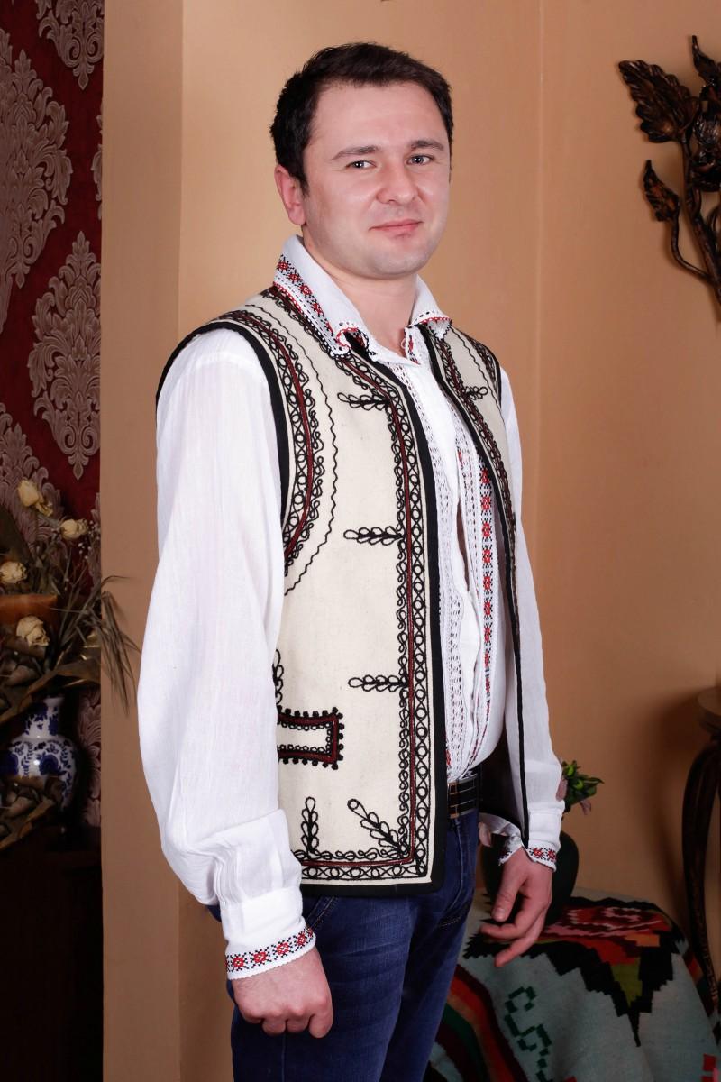 Bundita barbati motive traditionale romanesti din postav model Banat