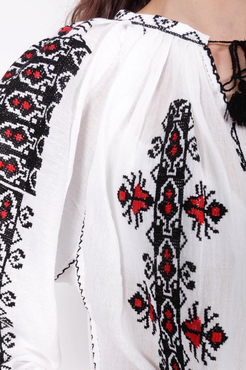 Ie romaneasca Gargarita bluza traditionala cusuta manual cu fir rosu si negru zona Muntenia